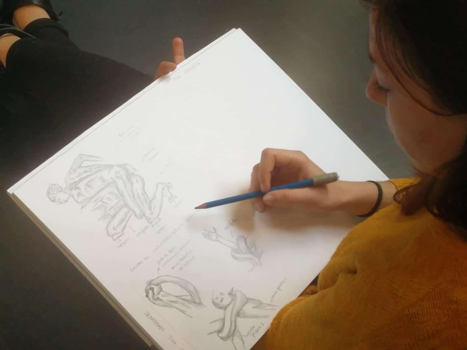Studentessa disegna all'Accademia di Belle Arti di Perugia