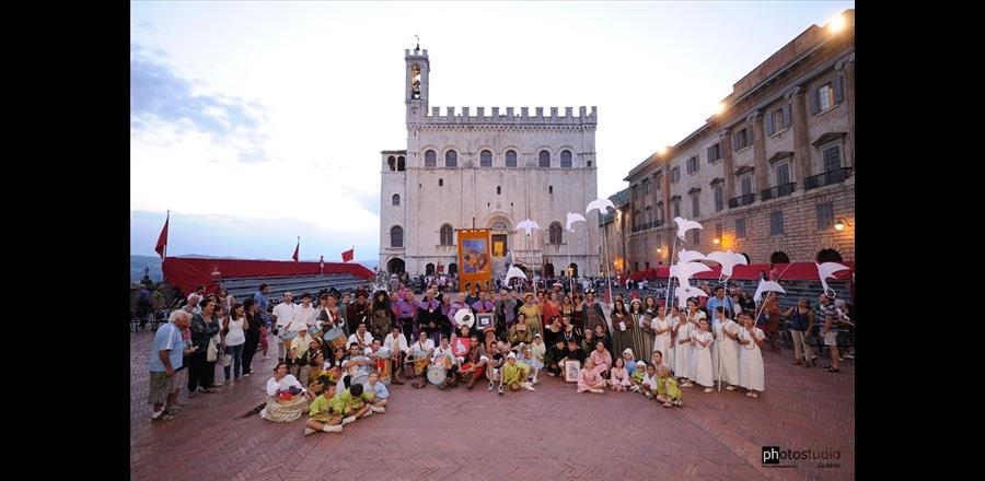 nella foto i costumanti del Torneo dei Quartieri di Gubbio in piazza Grande
