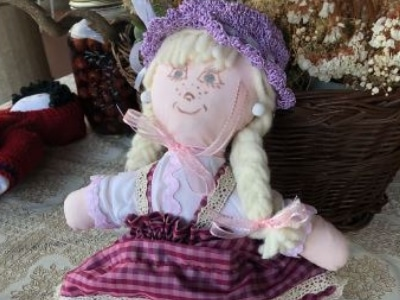 immagine generica di una bambola di pezza handmade