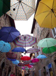 300 ombrelli colorati installati lungo Via Marconi a Paciano