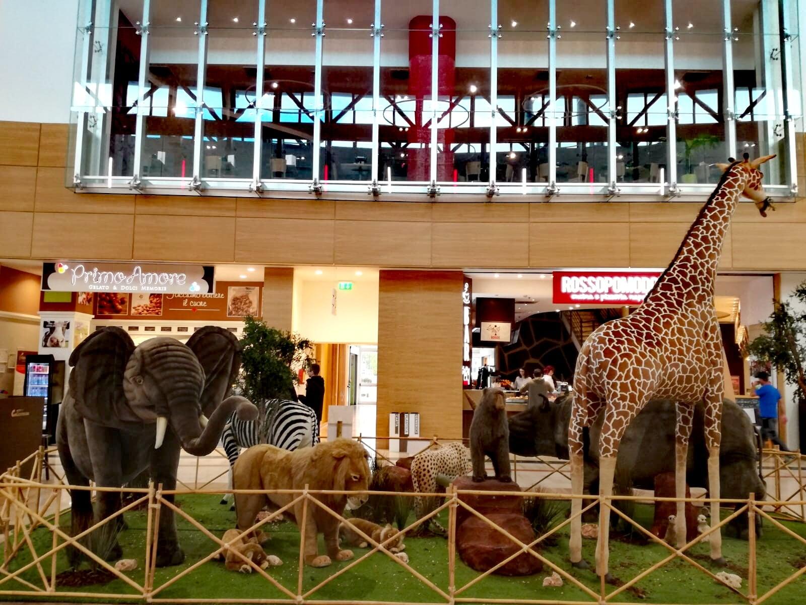 Al Centro commerciale Collestrada c'è lo zoo di peluche e senza gabbie