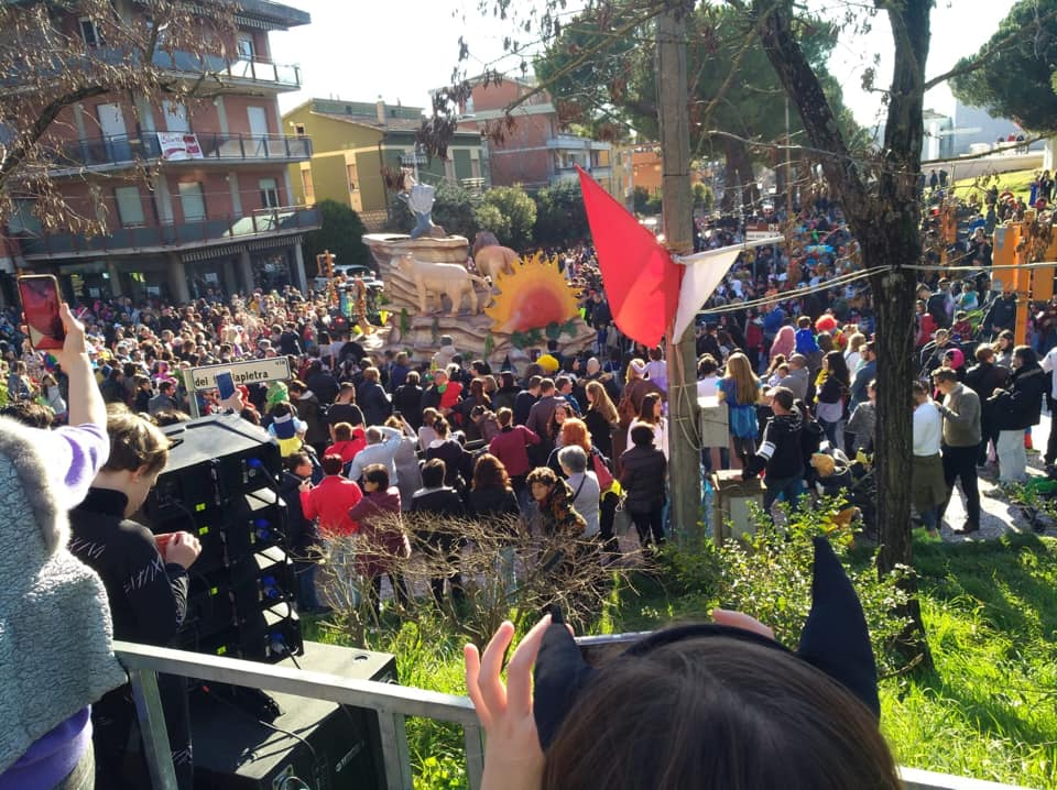Perugia, bagno di folla per la prima sfilata del Carnevale a San Sisto